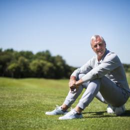 El Muntanya (Seva)  28.05.2015    Deportes    Suplemento Champions en Berlin.   Johan Cruyff fotografiado sobre un balon sobre el hoyo 18 en elcampo de golf de El Muntanya.  Fotografia de Jordi Cotrina