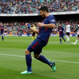 Soccer Football - La Liga Santander - FC Barcelona vs Valencia - Camp Nou, Barcelona, Spain - April 14, 2018   Barcelona's Luis Suarez celebrates scoring their first goal    REUTERS/Albert GeaCODE: X01398
