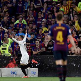 El Valencia gana y el Barça homenajea a Van Gaal