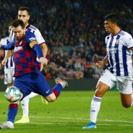 GRAF8894. BARCELONA, 29/10/2019.- El delantero argentino del FC Barcelona, Leo Messi (i), se dispone a golpear el balón ante los defensores del Valladolid, consiguiendo el cuarto gol del equipo blaugrana durante el encuentro correspondiente a la decimoprimera jornada de primera división que disputan esta noche en el estadio del Camp Nou, en Barcelona. EFE/ Enric Fontcuberta.